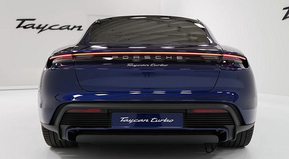 вид сзади электромобиль Porsche